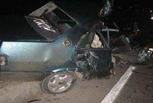 Otomobil direğe çarptı: 3 ölü.10430