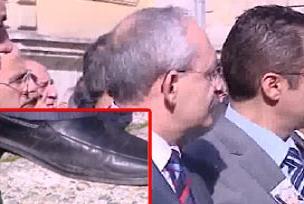 Yırtık ayakkabısı da Erdoğan'ın suçu.13528