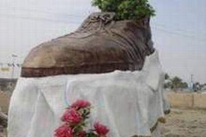 Bush'a fırlatılan ayakkabının heykeli.9505