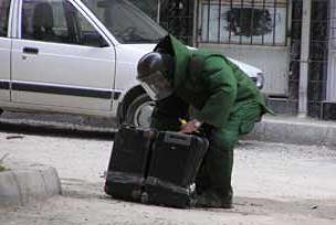 AK Parti İl Başkanlığı önünde şüpheli araç.12200