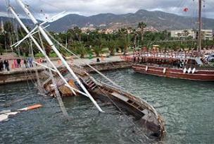 Bal�k�� teknesi alabora oldu: 27 �l�.18192