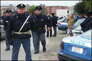 İtalya'da mültecilerle polis çatıştı.14413