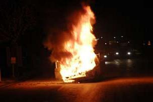 Arabası gözlerinin önünde yandı!.7023