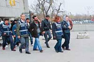 Türbede esrar satan 12 kişi yakalandı.12753