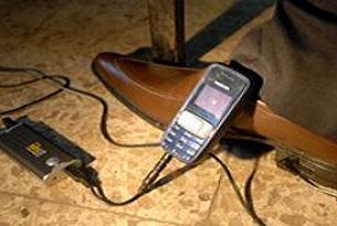 Bu da yürürken elektrik üreten ayakkabı.13868