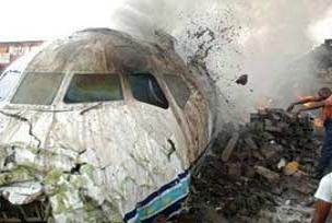 Askeri uçak hangara çarptı!.13758
