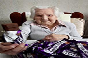 100 yaşında haftada 30 paket çikolata yiyor.13697