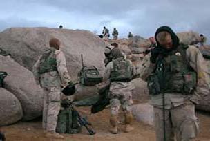Tecavüz korkusu taşıyan askerler.11903
