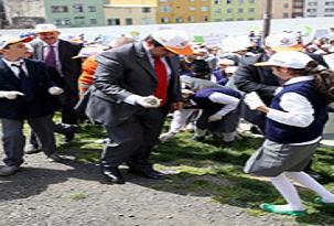 Başkan da öğrencilerle çöp topladı.48595