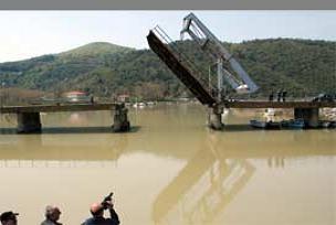 Bartın'da ırmağa 'Galata köprüsü' yapıldı.10029