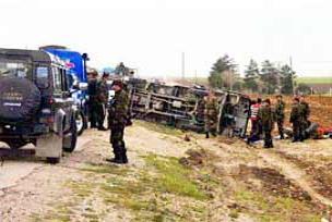 Askeri araç devrildi: 17 yaralı.14998