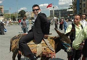 Taksim'de eşeğe ters bindi!.16414