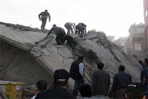 İçinde işçilerin de olduğu bina çöktü.10299