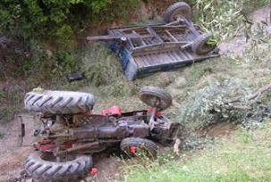 Traktör şarampole yuvarlandı: 2 ölü.18216