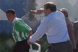Kulüp başkanı futbolcu oğlunu tokatladı.10045