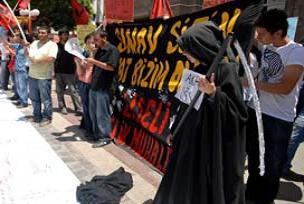 ÖSS'yi protesto eden öğrenci Azrail kılığında.16365