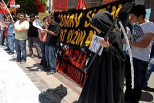 �SS'yi protesto eden ��renci Azrail k�l���nda.16365