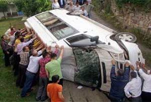 Öğretmen servisi kazası: 15 yaralı.15621