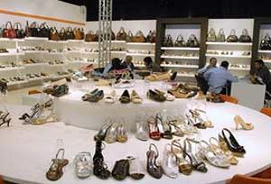Aydi açılışında 1 liraya ayakkabı satıldı.19655