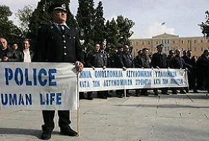 Atina'da bu kez polis sokağa çıktı.18555