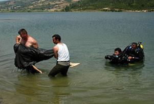 Balık avlarken suya düşen kişi öldü.11130
