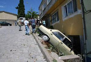Freni patlayan otomobil apartmana girdi.14621