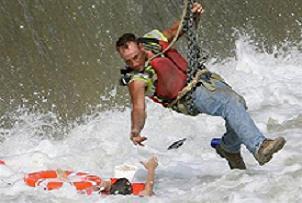 Azgın nehirde hayatta kalma mücadelesi.14725