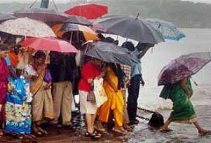 Şiddetli yağışlar 200 bin kişiyi evinden etti.16289