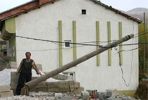 Kablo çalmak için direkleri kestiler.13059