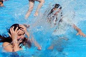 Havuza giren genç kız hamile kaldı.14777