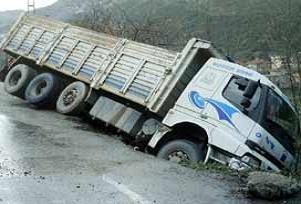 Otomobil kamyonla çarpıştı: 1 ölü.15721
