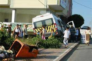 Servis aracı lokantaya girdi 4 yaralı.15858