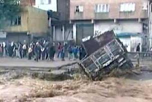 Sel suları kamyonu sürükledi.13506