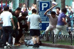 Uygur genç ölesiye dövüldü, polis izledi.18210
