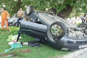 İşçilerin sofrasına otomobil düştü: 1 yaralı.18460