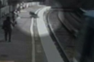 Bebeğe  tren çarptı ama ölmedi!