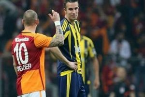 Derbide ortam gerildi, Sneijder ve Persie tartıştı