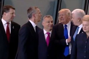 Trump, Başbakan'ı itekledi