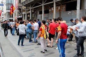 İstiklal Caddesi'nde şampiyonluk kuyruğu.31108