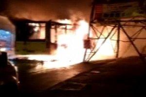 İETT otobüsünü durdurup ateşe verdiler!.14185