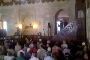 Cemaat camideki FETÖ'cülere tepki gösterdi!.15360