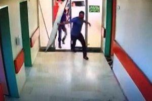 Kapıyı kırıp doktora saldırdı!.15657