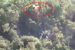Düşen helikopterin pilotu ağaca asılı kaldı!.17965