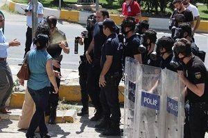 'Gaz' alımını protesto eden CHP'liler polislere biber ikram etti.28958