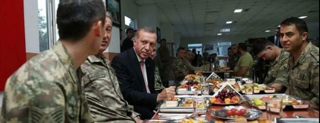 Cumhurba�kan� askerlerle iftar yapt�