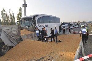 Ankara'da TIR, otobüs ile çarpıştı!.19001