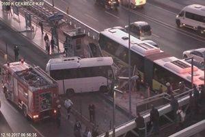 Metrobüs durağına girdi, trafik felç!.20953