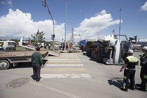 Asker taşıyan midibüs, polis aracıyla çarpıştı.21428