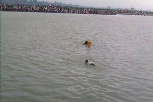 Myanmar'da cesetler nehrin üzerinde