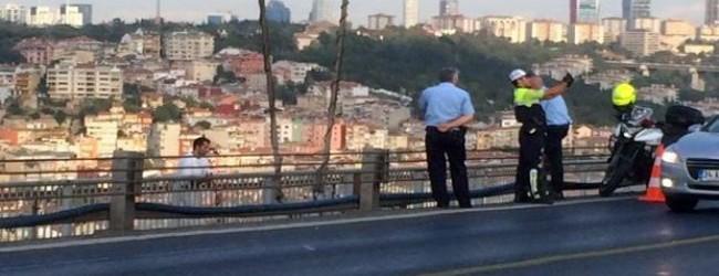 Polisler intihar eden adamla selfie �ektirdi!